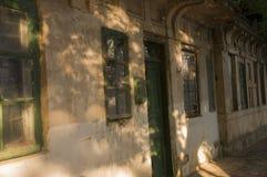 Casa de piedra destruida vieja en la yarda con los árboles alrededor Pobreza y miseria, del sur, verano foto de archivo
