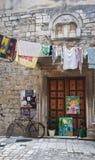 Casa de piedra en calle estrecha de la ciudad vieja, arquitectura hermosa con la puerta vieja, lavadero y bicicleta, Trogir, Dalm foto de archivo