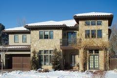 Casa de piedra en nieve Foto de archivo libre de regalías