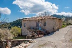 Casa de piedra tradicional abandonada vieja en el pueblo de montaña nombrado Imagen de archivo libre de regalías
