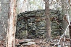 Casa de piedra vieja en bosque imágenes de archivo libres de regalías