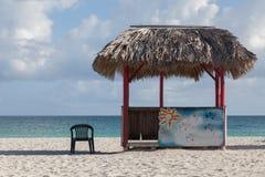 Casa de planta baja (caja, cabina, cabina, jaula, cubículo) en la playa Fotos de archivo