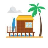Casa de planta baja de la playa con la palma y la resaca Imagenes de archivo