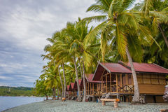 Casa de planta baja de la visión en playa tropical del pueblo de Indonesia en puesta del sol de la isla de Bali Punto de vista ro Foto de archivo libre de regalías
