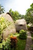 Casa de planta baja del tejado de la paja en el centro turístico tropical Imágenes de archivo libres de regalías