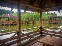 Casa de planta baja en el lago Fotografía de archivo libre de regalías