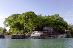 Casa de planta baja en el lago Nicaragua de las islas (o el lago Cocibolka) Imágenes de archivo libres de regalías