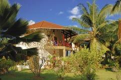 Casa de planta baja en jardín tropical Fotos de archivo