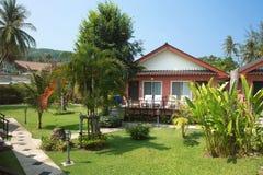 Casa de planta baja en jardín tropical en Tailandia Fotografía de archivo