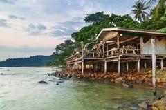 Casa de planta baja en una playa tropical Imágenes de archivo libres de regalías