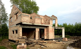 Casa de planta baja moderna bajo construcción imagen de archivo