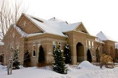 Casa de planta baja suburbana en invierno Imagenes de archivo