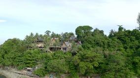 Casa de planta baja y palmera tropicales