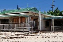 Casa de playa abandonada Fotos de archivo libres de regalías