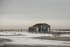 Casa de playa azul en la duna nevada Imagenes de archivo