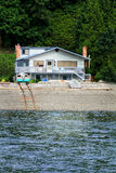Casa de playa con los carriles del barco Fotos de archivo