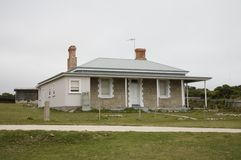 Casa de playa de madera del weatherd blanco Fotos de archivo