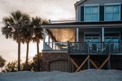 Casa de playa durante una puesta del sol Foto de archivo