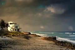 Casa de playa en el extremo de las tormentas Imágenes de archivo libres de regalías