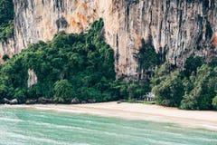 Casa de playa por el acantilado Imagenes de archivo