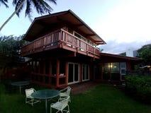 Casa de playa roja en Waimanalo en un día hermoso fotos de archivo