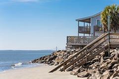 Casa de praia com a ponte no fundo Fotografia de Stock