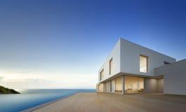 Casa de praia luxuosa com piscina da opinião do mar e terraço vazio no projeto moderno, casa de férias para a família grande Imagem de Stock