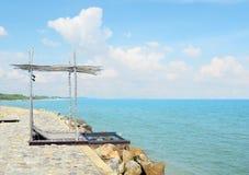 Casa de praia na costa de mar com parede alta imagens de stock royalty free