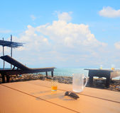 Casa de praia na costa de mar com parede alta imagem de stock