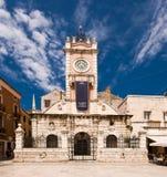 Casa de protector en Zadar, Croatia con la torre de reloj Foto de archivo