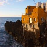 Casa de Puerto de la Cruz no penhasco pelo oceano Foto de Stock