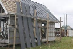 A casa de quadro dobrada do telhado imagens de stock