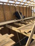 Casa de quadro, casa de quadro de madeira, casa barata, construção de uma casa barata, construção e reparo, tecnologia da constru Fotos de Stock Royalty Free