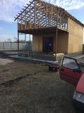 Casa de quadro, casa de quadro de madeira, casa barata, construção de uma casa barata, construção e reparo, tecnologia da constru Fotografia de Stock