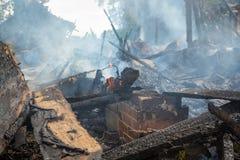 Casa de queimadura e ardendo sem chama Foto de Stock