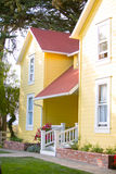 Casa de rancho amarela e trilho de mão branco Imagens de Stock