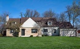 Casa de rancho com parte dianteira de pedra na mola imagem de stock royalty free