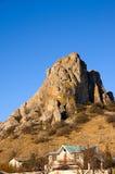 Casa de rancho en el pie de la roca Imagen de archivo libre de regalías