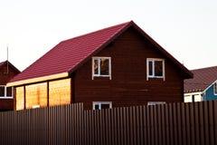 Casa de registro de madeira nova na vila do país Imagem de Stock Royalty Free