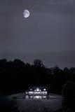Casa de registro no monte na noite Imagem de Stock Royalty Free