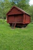 Casa de registro vermelha velha Fotos de Stock