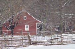 Casa de Saltbox en la nieve Imagen de archivo libre de regalías