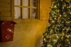 Casa de Santa Claus con la caja de letra Imagenes de archivo