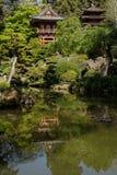 Casa de té japonesa con los jardines de los bonsais Imagen de archivo libre de regalías