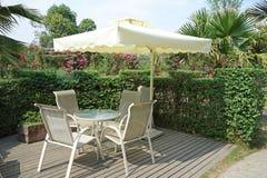 Casa de té al aire libre china con el paraguas blanco Foto de archivo libre de regalías