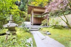 Casa de té japonesa del jardín con la linterna de piedra Imagenes de archivo