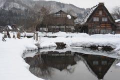 Casa de tejado cubierto con paja cubierta en nieve en invierno Fotos de archivo libres de regalías