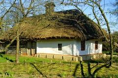 Casa de telhado thatched típica fotografia de stock