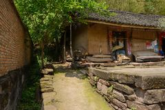 Casa de terra telha-telhada rural antiga de Waysie com o unfenced para imagens de stock