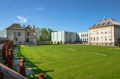 A casa de tesouro Skarbczyk e uma escola, ao lado da construção do castelo real, Szydlow, Polônia foto de stock royalty free